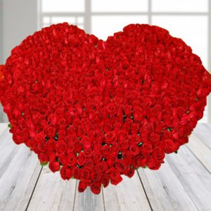 1000 red roses arrangement with heart shape